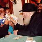 אדם נותן כסף לילדים